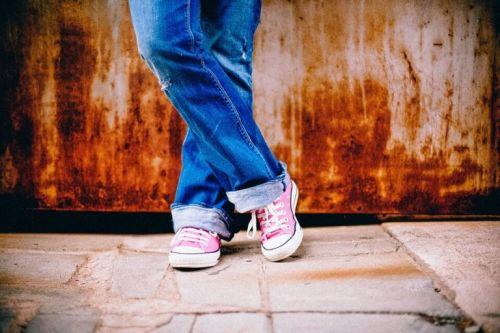 Nogi dziecka w zawiązanych butach