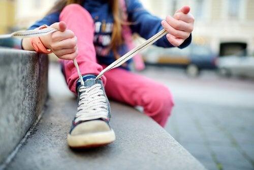 Jak nauczyć dziecko wiązać buty w łatwy i zabawny sposób
