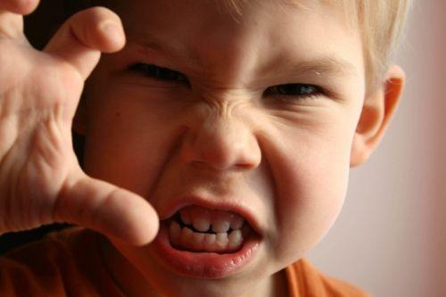 Rozgniewany chłopiec - frustracja u dzieci
