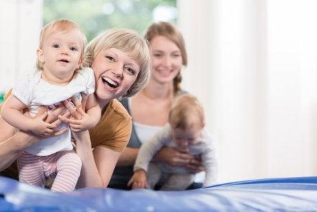 Uśmiechnięta mama prowadząca dziecko po macie
