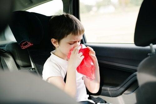 Chłopiec wymiotuje w samochodzie