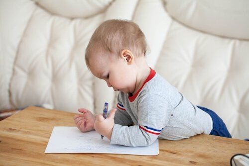 Chłopiec pisze nietypowe imiona dla chłopców