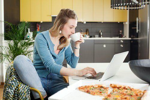 Zła dieta karmiącej piersią - kobieta pije kawę i je pizzę