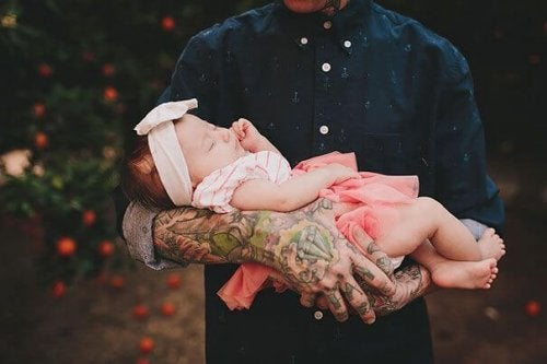 Dziecko w ramionach taty