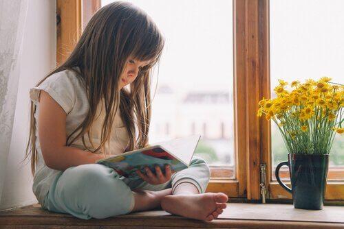 Dziewczynka na parapecie okna