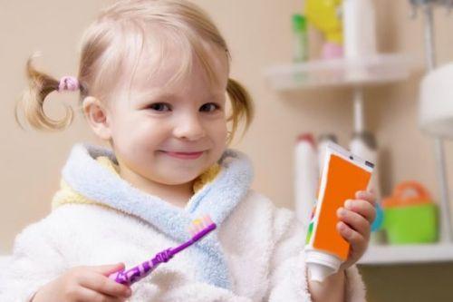 Dziewczynka myje zęby - sposób na zapobieganie pojawieniu się języka geograficznego