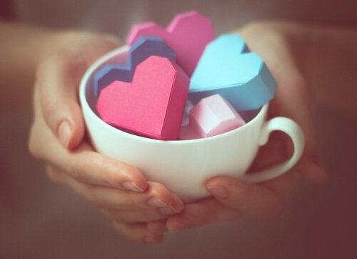 Filiżanka pełna kolorowych serc