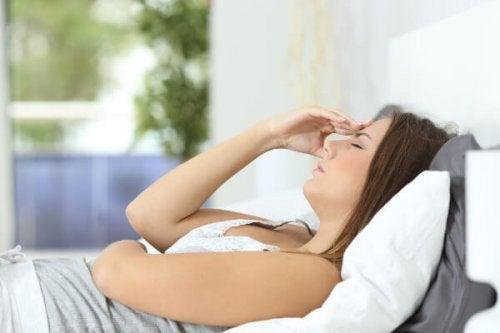 Kobieta wypoczywa w łóżku