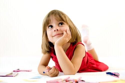 Mała dziewczynka myśli