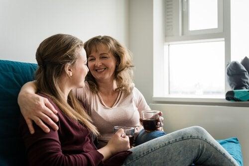 Mama i córka rozmawiają - zaufanie nastolatka