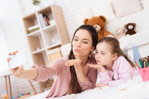 Millenialsi jako rodzice to osoby, które korzystają z technologii wspólnie z dziećmi.