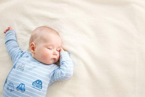 Niemowlę śpiące na kocyku - czy to normalne, że dziecko dużo śpi