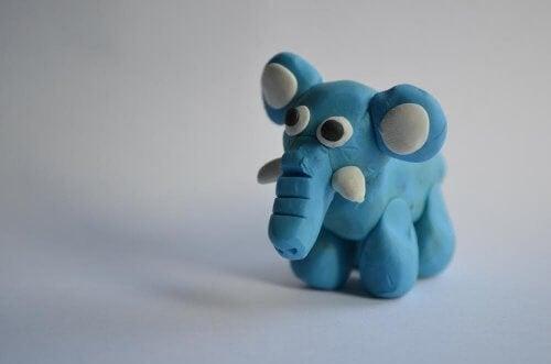 niebieski słoń z plasteliny