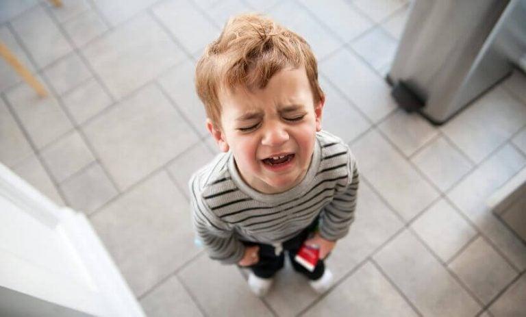 Stojący i płaczący chłopic - co zrobić, gdy dziecko ciągle płacze