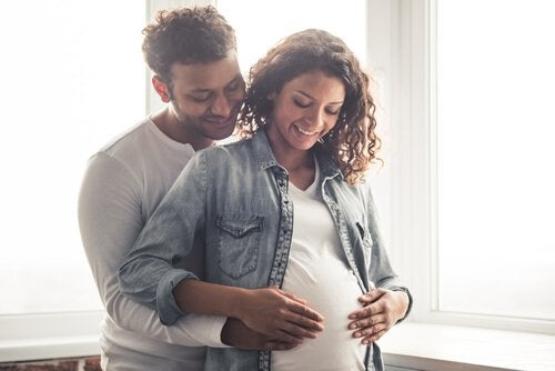Szczęśliwa para oczekująca dziecka