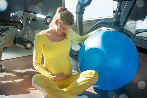 Ćwiczenia miednicy dla kobiet w ciąży – 6 propozycji