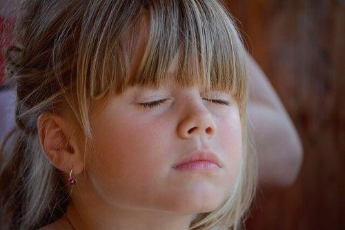 Znaczenie ciszy: jak nauczyć dzieci sztuki milczenia