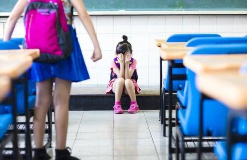 Znęcanie - zastraszona dziewczynka