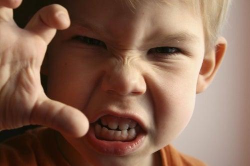 Jeśli chcesz opanować złość u dziecka, naucz je że agresja jest nieakceptowalna.