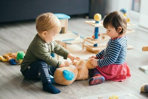Chłopiec i dziewczynka podczas wspólnej zabawy w przedszkolu