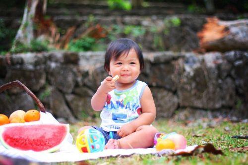 Dziecko je owoce