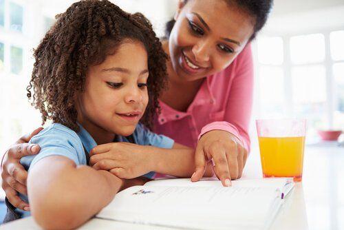 Dziecko uczy się z mamą