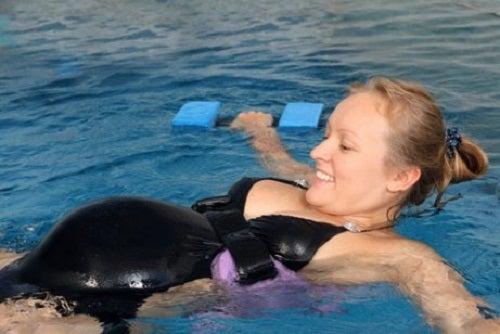 Pływanie w ciąży – korzyści z uprawiania tego sportu