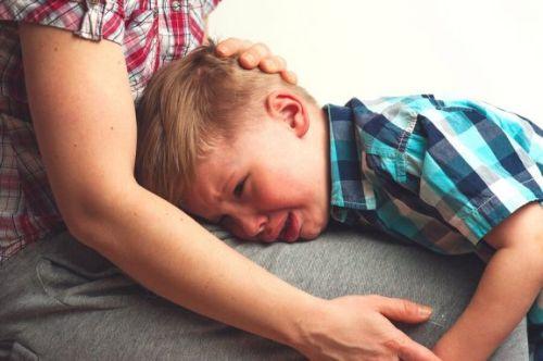 Lęk przed separacją - chłopiec płacze