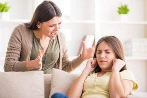 Mama krzyczy na córkę