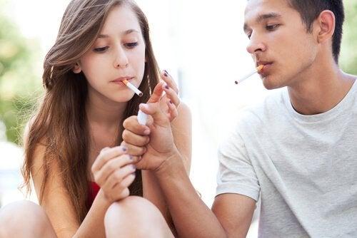 Nastolatki palą papierosy