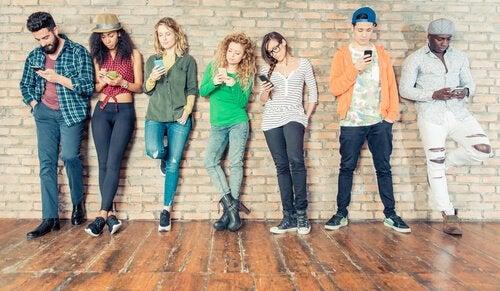Nastolatki z telefonami komórkowymi