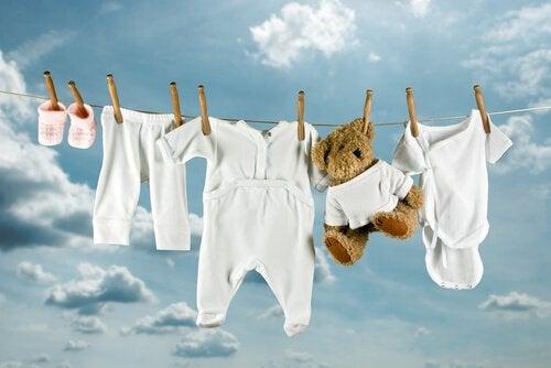 Pranie niemowlęcych ubrań - suszenie na sznurze