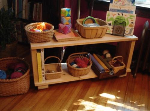 Stolik z koszykami z materiałami kreatywnymi