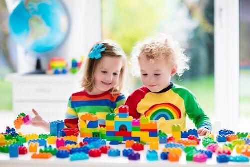 zabawki budujące umiejętności dla 2-latków - klocki lego