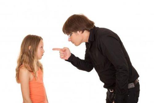 Brak autorytetu rodziców - tata karci córkę