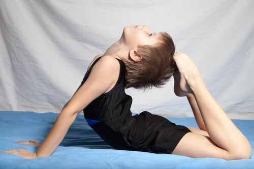 Wygimnastykowany chłopiec