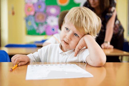 Jeśli dziecko rozprasza się w szkole, zacznij od rozmowy z nauczycielami.