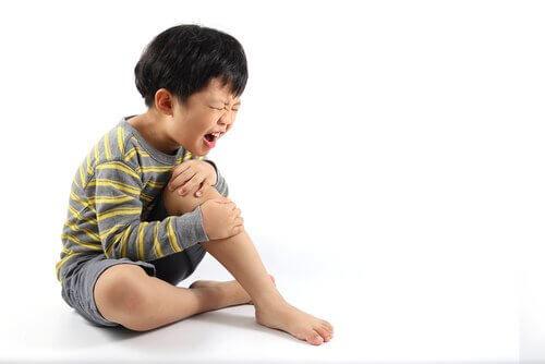 Jeśli dziecko oparzyło się gorącą wodą i obrażenia nie są poważne, możesz je leczyć w domu.