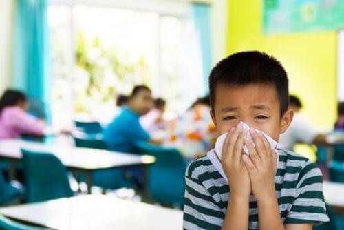 Chory chłopiec w szkole