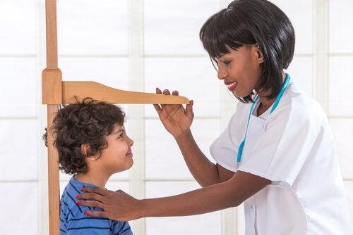 Lekarz mierząca wzrost chłopca