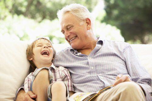 Dziadek i wnuk śmieją się na głos