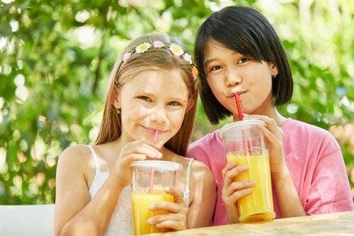Dziewczynki pijące soki