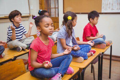 Dzieci różnej narodowości - medytacja w klasie