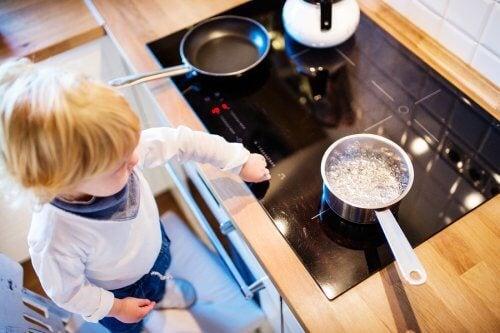 Dziecko w kuchni przy płycie grzewczej