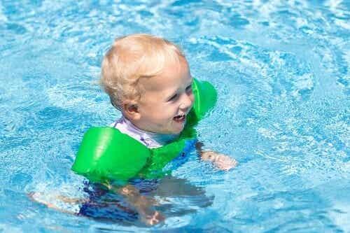 Wyjście na basen z niemowlęciem: spakuj tych 11 rzeczy!