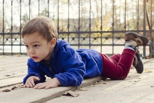 Dziecko przewróciło się na chodniku