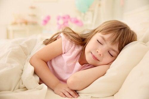 Jeśli chcesz nauczyć dziecko regularnych drzemek, najważniejsze będzie wypracowanie nawyku