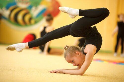 Ćwicząca dziewczynka