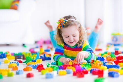 Samodzielna zabawa dziecka jest tak samo ważna jak spędzanie czasu z rówieśnikami.