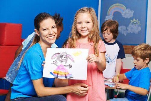Dziewczynka pokazująca swój rysunek